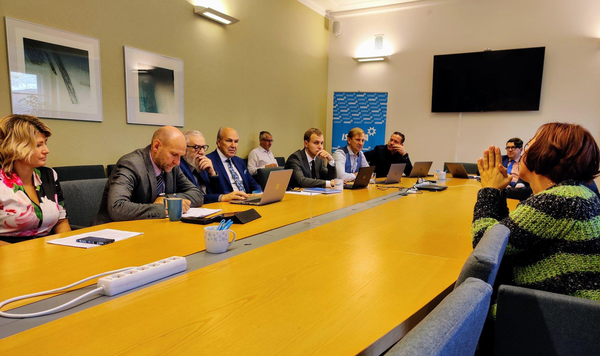 Isamaa fraktsiooni liikmed ja ResPublica juhatuse liikmed Karl Sander Kase ja Sirle Rosenfeldt kohtumisel Mailis Repsiga.